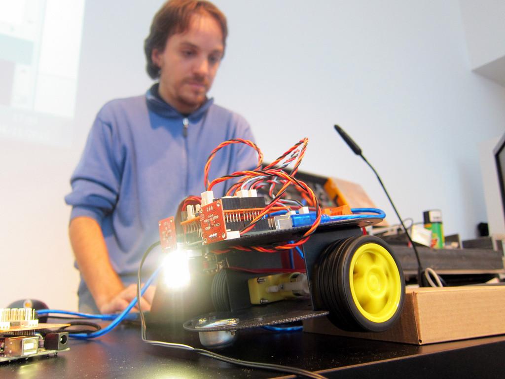 [Coding] 臺灣小孩 程式設計第四天 : 讓我的程式設計從虛擬變成現實 一些程式結合機器人的產品